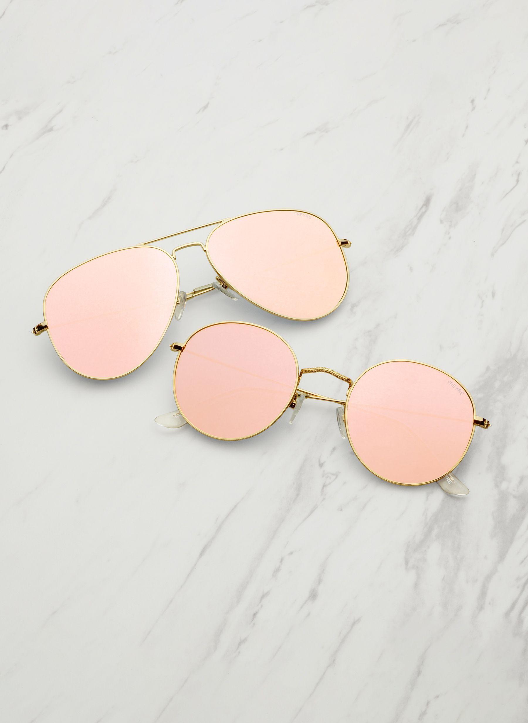 b360a6d08 Óculos de sol são acessórios indispensáveis em uma mala de quem vai para a  praia.