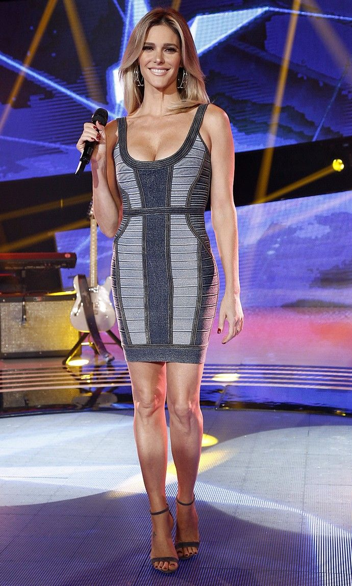 b650215534 Fernanda Lima aposta em vestido jeans com decote e que destaca suas ...