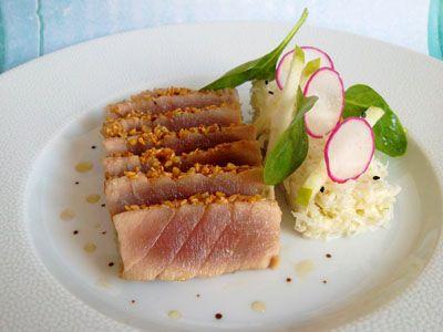 El atún rojo caramelizada con miel de maple, ensalada de rábano picante con wasabi #gastro
