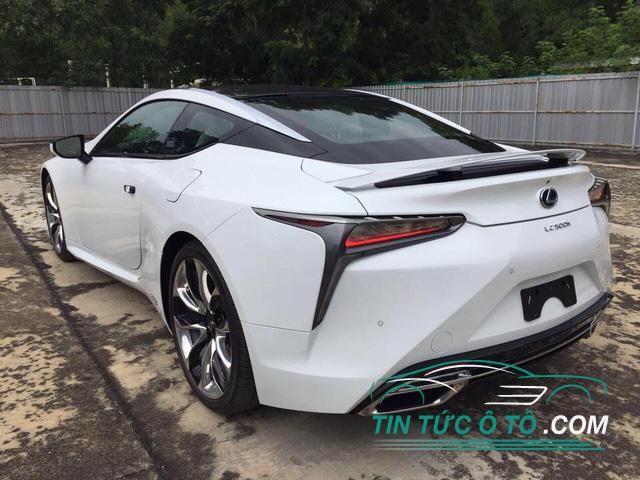 Đuôi xe Lexus LC Coupe 2018 có thiết kế đẹp mắt với trần dốc xuống