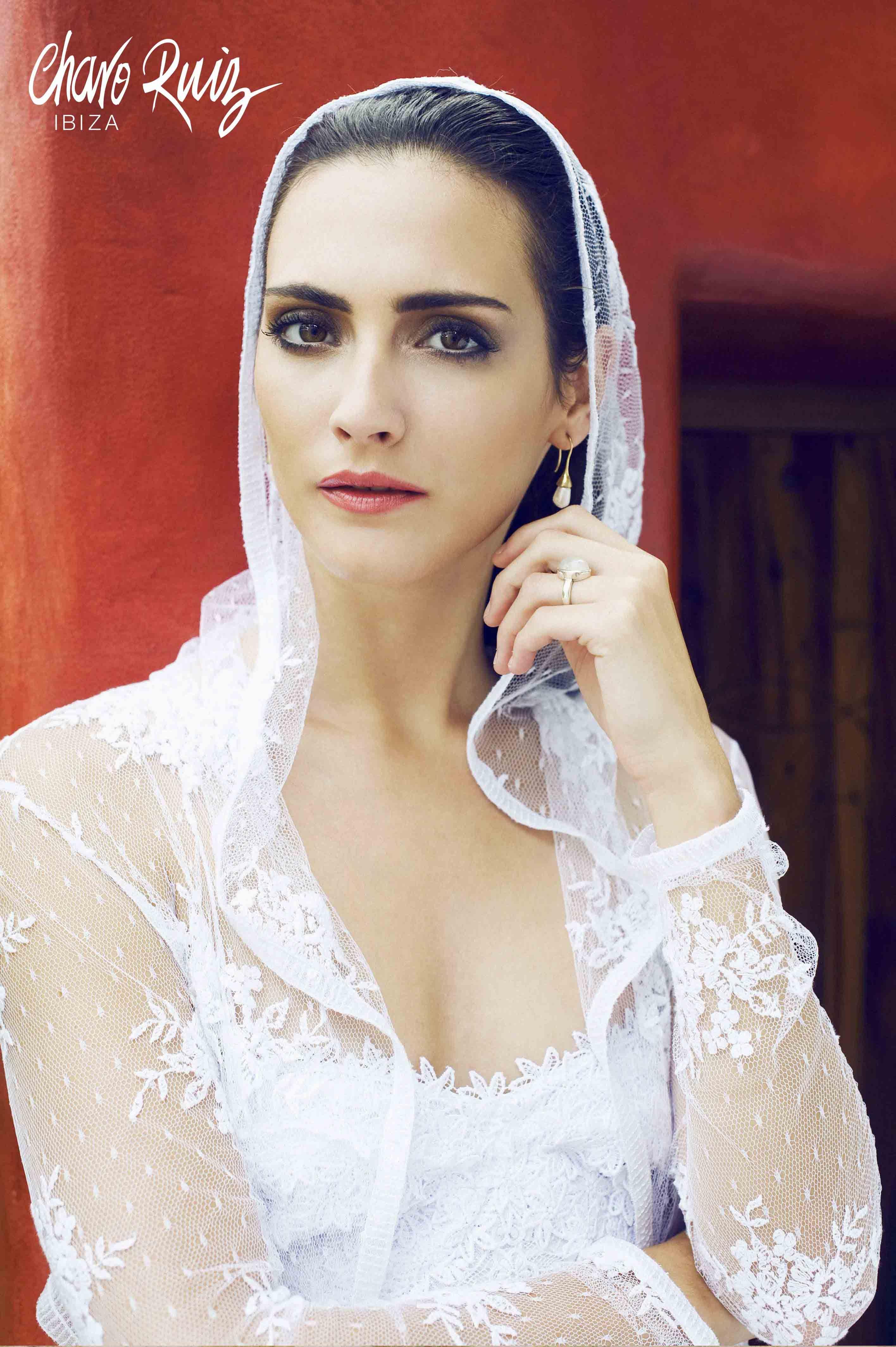 Brilla llena de elegancia y sensualidad en tu gran día con la colección Bride light de Novias by Charo Ruiz   Ref. 226308TORERA CAPUCHA  www.charoruiz.com