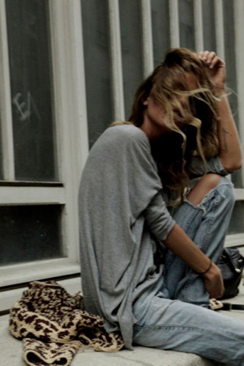 casual / boyfriend cut jeans / grey shirt / french style