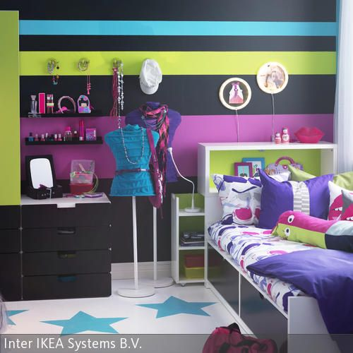 Schwarze, Blaue, Grüne Und Lilafarbene Streifen An Der Wand Peppen Das  Zimmer Auf Und Schaffen Ein Cooles Jugendzimmer In Neonfarben. Durch Die  Farbliche U2026