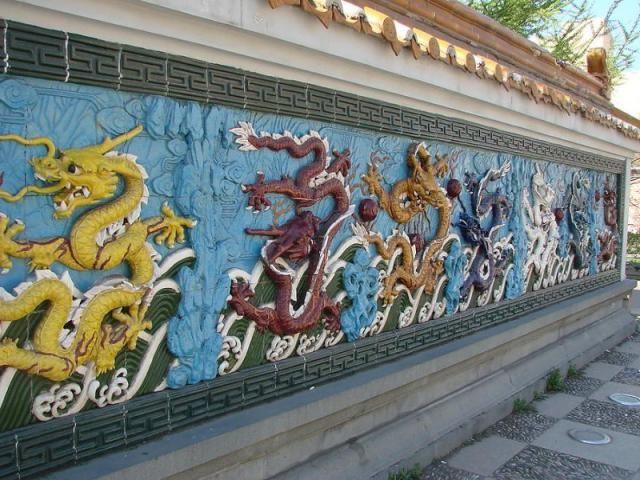 Санкт-Петербург. Китайский скверик на Литейном в китайском стиле. Тут есть Пагода дружбы, львы, стена девяти драконов, небольшой прудик и многое другое. Адрес: Литейный проспект, дом 17, ст. м. Чернышевская