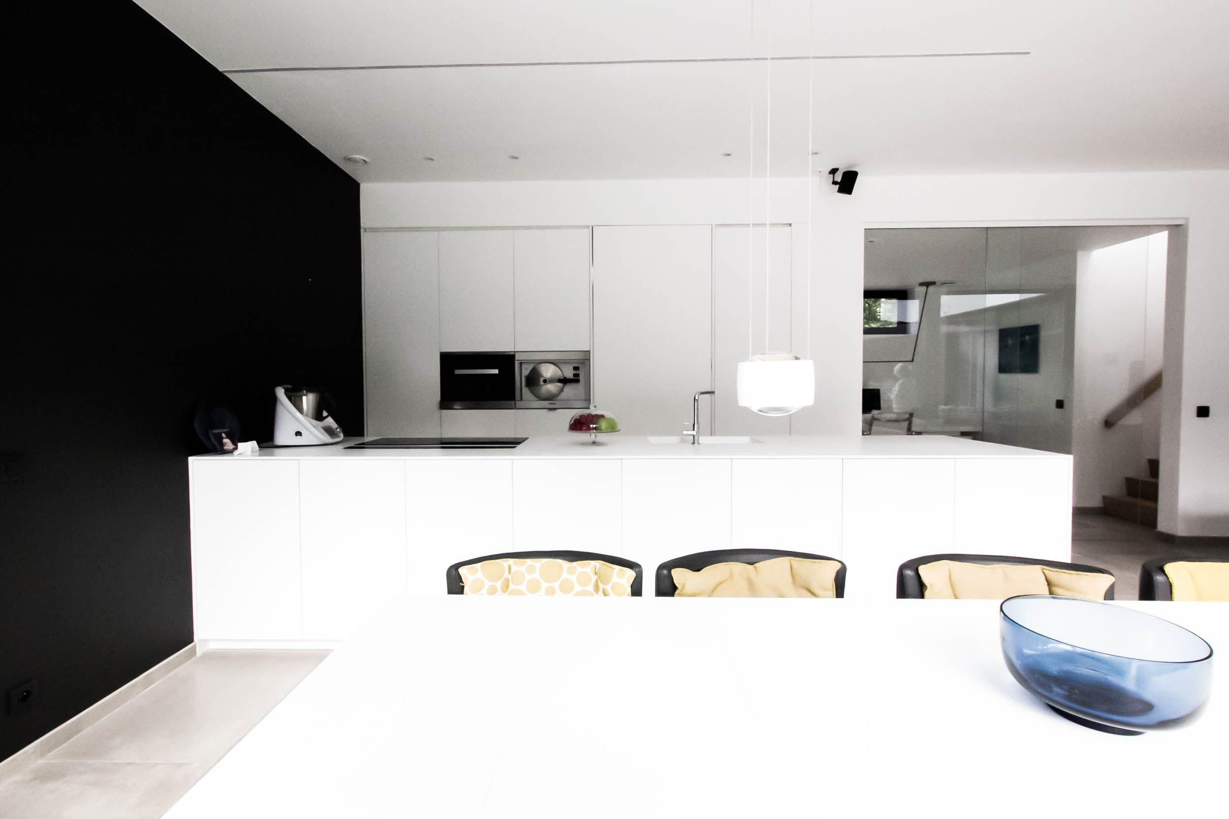 Moderne keuken in solid surface maatwerk keukeneiland