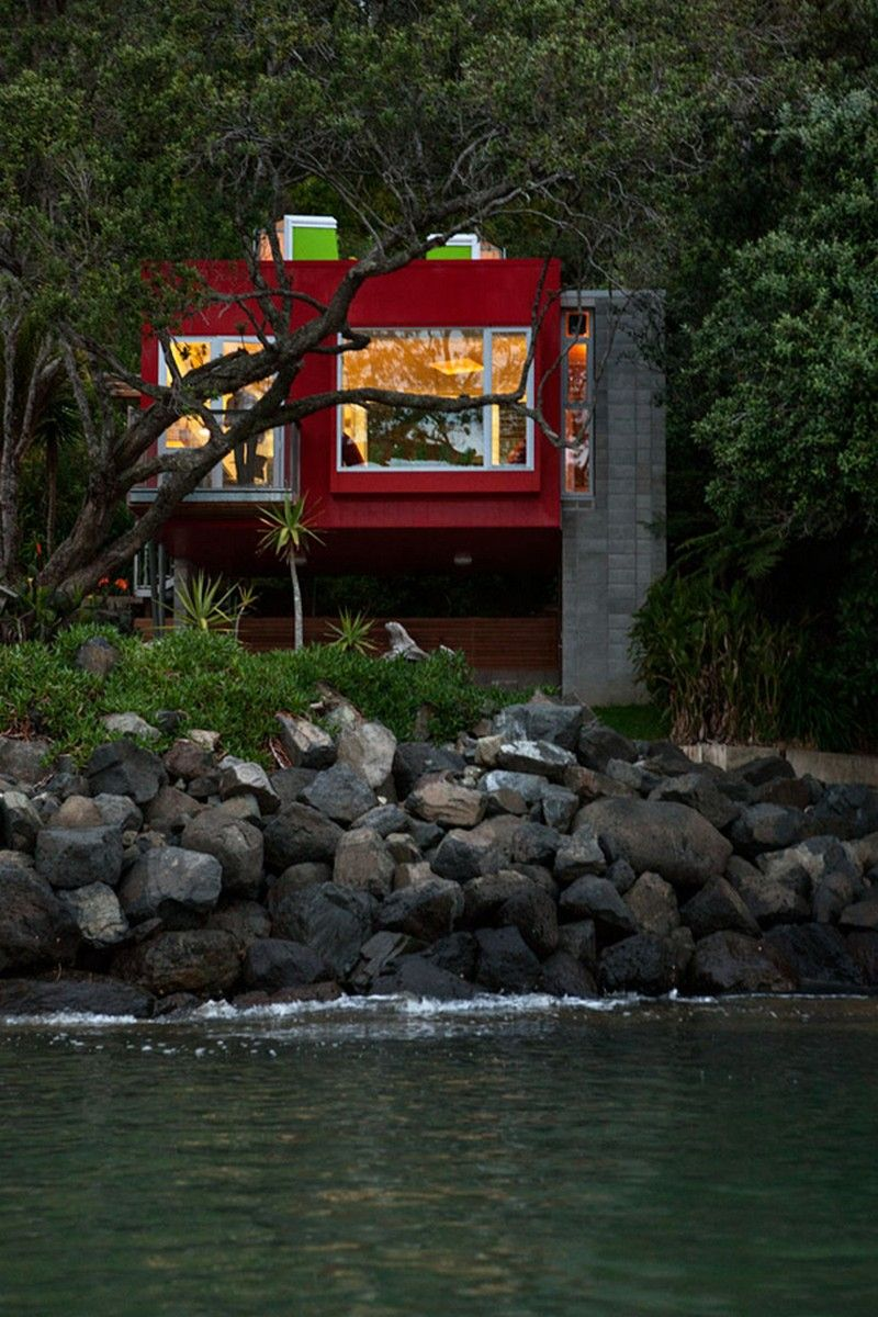 Arruba Bach – Exciting and Vibrant Treehouse by Bossley Architects