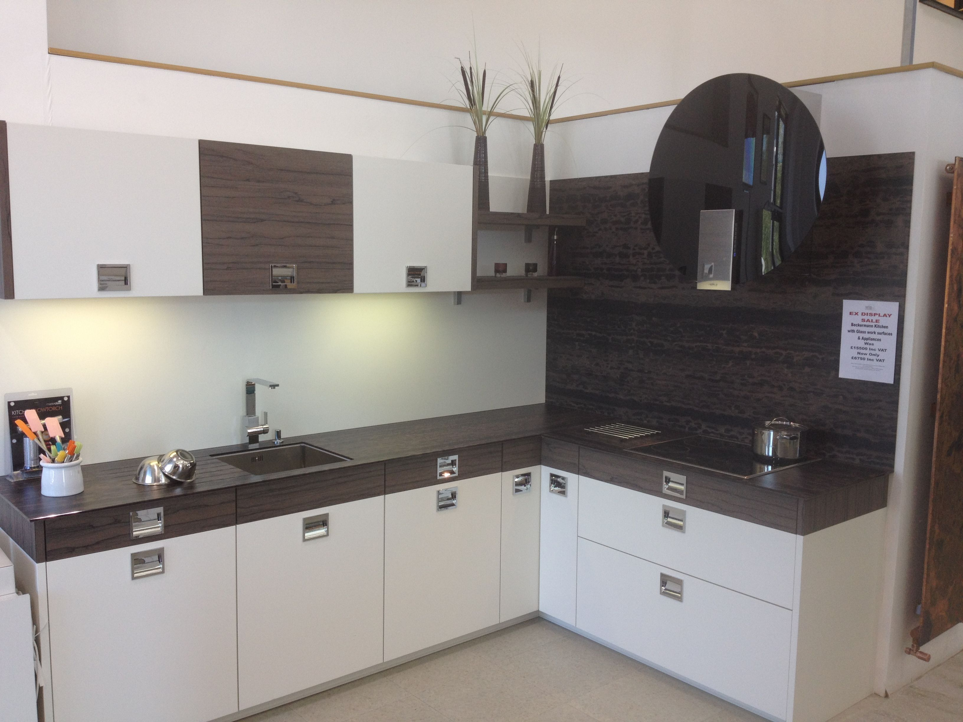 ex display beckermann kitchen with glass work surfaces and splash back neff hob elica space. Black Bedroom Furniture Sets. Home Design Ideas