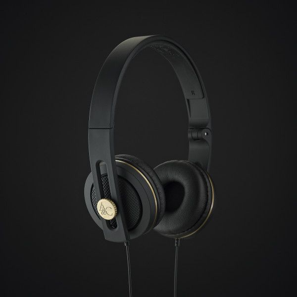 #Angle&Curve Carboncans: A sexy design with super lightweight durability – in part due to its flexible nylon carbon composite material – offer what might be our current favorite pair of travel, work/play headphones. Hand-built in Stratford Upon Avon, UK, the fold-up weather-proof design and matte black with gold finish present a pair of headphones with an air of sophistication matched by the quality of ergonomic comfort and a neutral sound which plays nice with all genres of music. In our…