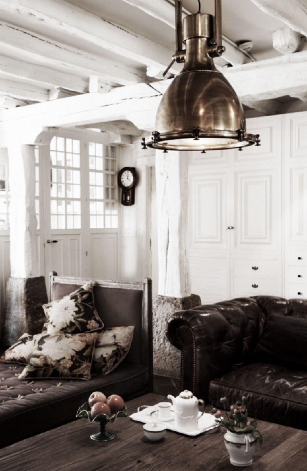 Mørke møbler, lyse vegger