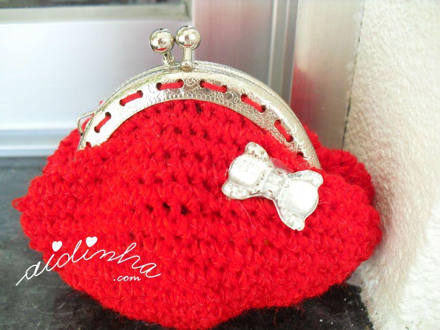 Vista de perto a bolsa de crochet, com lacinho de cristal