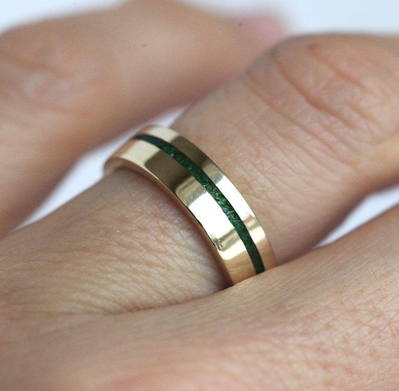 Unisex Wedding Band With Emerald Inlay 14k Or 18k Solid Gold Etsy Vintage Engagement Rings Unique Emerald Wedding Band Mens Wedding Rings