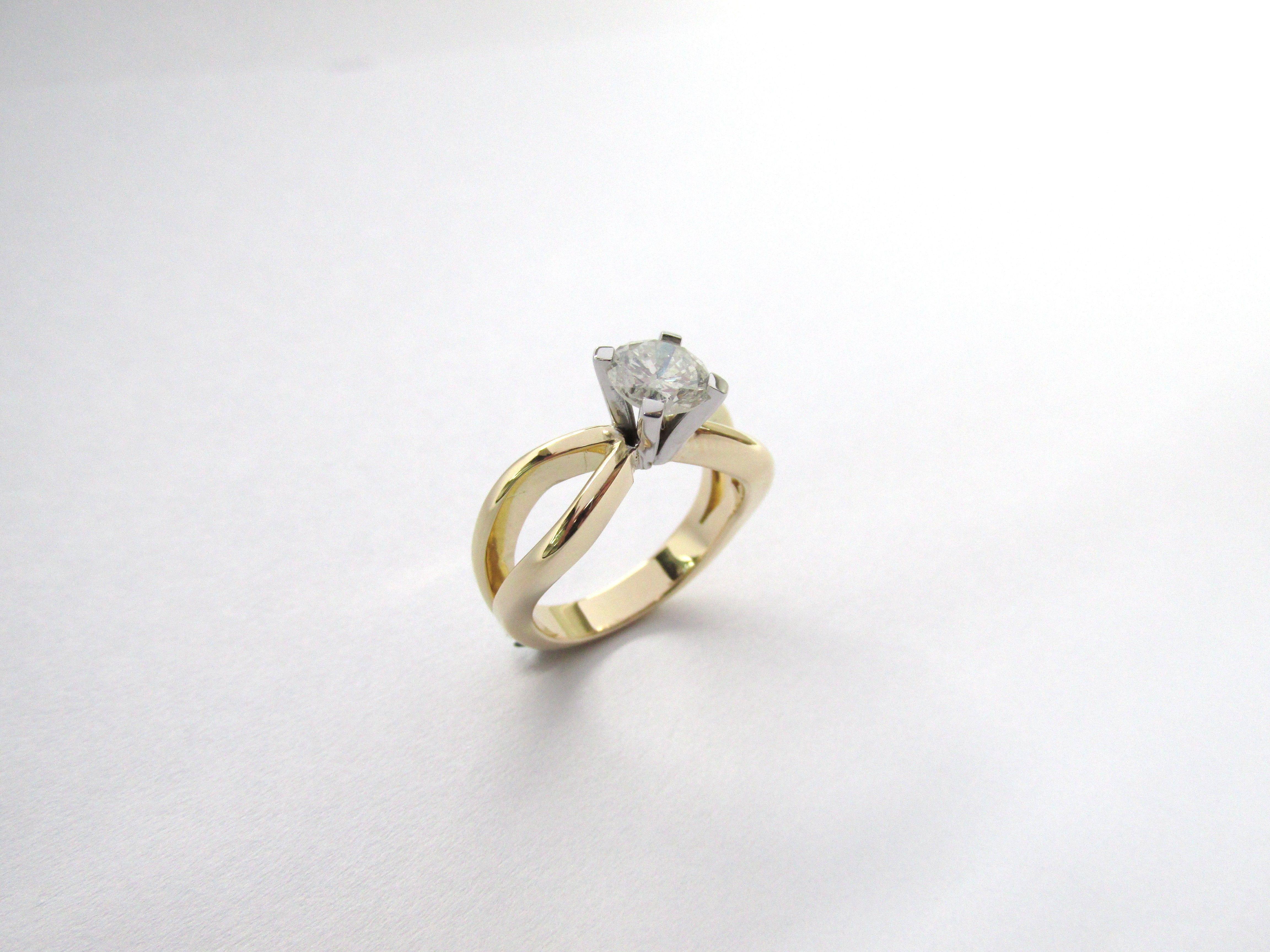 56792f42c719 Sutil y delicado anillo en oro amarillo y blanco con un hermoso diamante  Joyas Marcel JOYAS