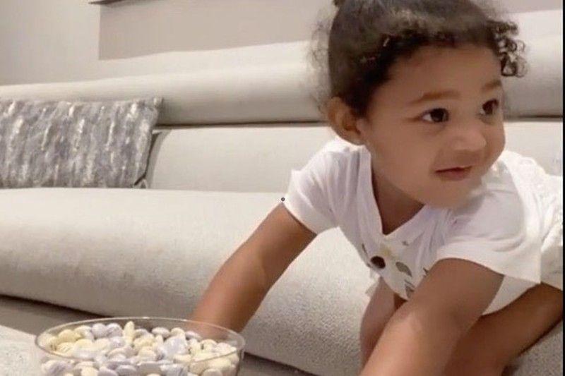Ćerka Kajli Džener strpljivo odoleva bombonama dok čeka mamu - video koji je oduševio svet (VIDEO) - Yumama.com