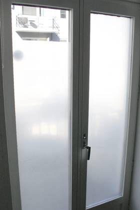 Mal vinduet med kulturmelk! Det lukter ikke, varer lenge og er billig! Vask av med såpe og vann om man skulle angre.