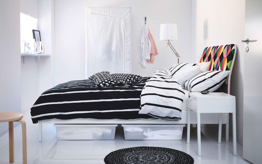 Čierno-biela spálňa s bielou posteľou TUVBRÄCKA a bielo-čiernymi posteľnými obliečkami DUKEN