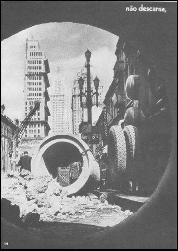 Avenida São João. A cidade não descansa, (...) (legenda original). Foto de Georg Paulus Waschinski. Eis São Paulo. São Paulo: Monumento, 1954, p. 14. Acervo da Biblioteca Mário de Andrade.