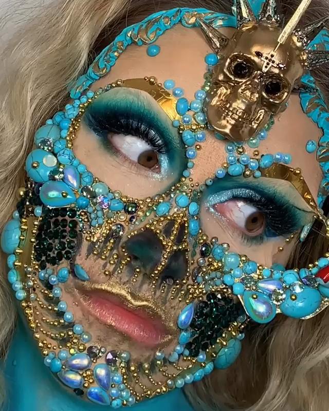 Decoração de rosto com jóias e pedras -  Pintura facial criada pela artista Vanessa Davies (the_wigs_and_makeup_manager).  - #BathAndBody #decora #Decoração #Facials #joias #MakeupRevolution #MenGrooming #pedras #rosto