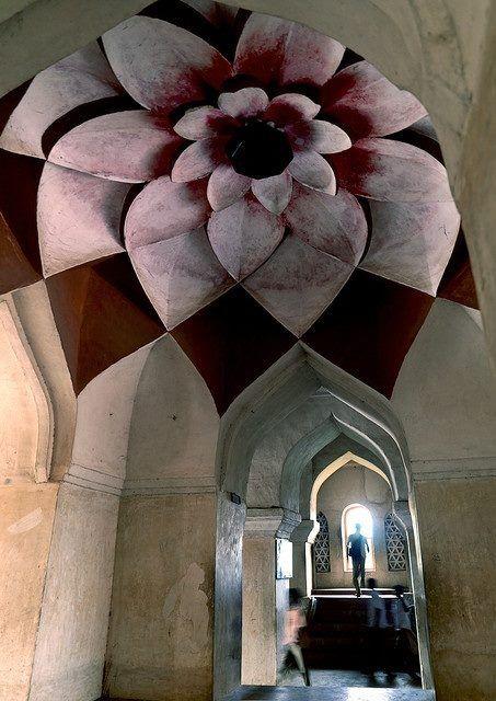 Palácio Tanjore, na Índia, e o que o torna mais bonito é a pintura da Flor de Lotus no teto de um dos corredores. Essa parte do local é conhecida como Teto de Lotus.