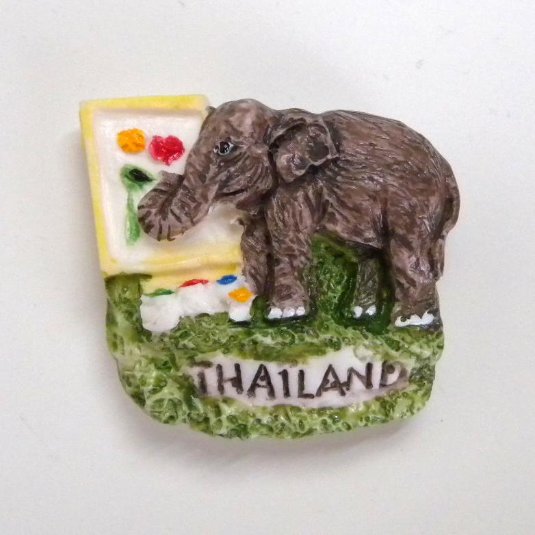 前の会社に遊びに行ったら、マグネット頂きました!  お土産についてた磁石らしいです。なんて素敵なお土産なんや。これは有名なチェンマイの絵を描く象ですね!足元の絵の具がかわいい。ありがとうございました!