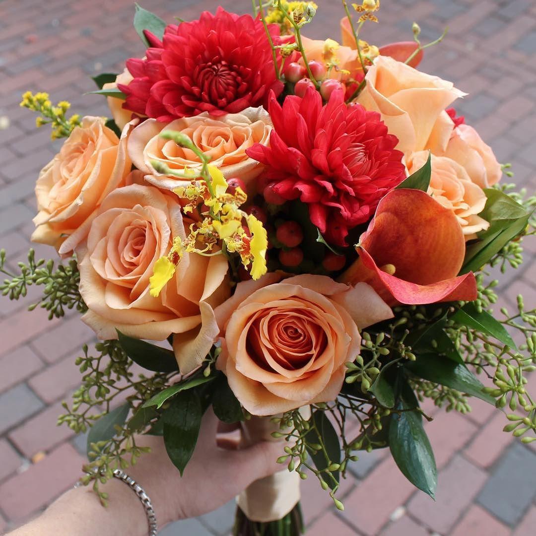Happy Weekend! Weekends mean weddings this bridal bouquet