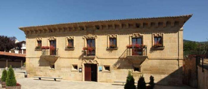 Palacio Samaniego, Una casona del siglo XVIII rehabilitada con 12 habitaciones en la Rioja Alavesa entre viñedos y la rica cocina local.