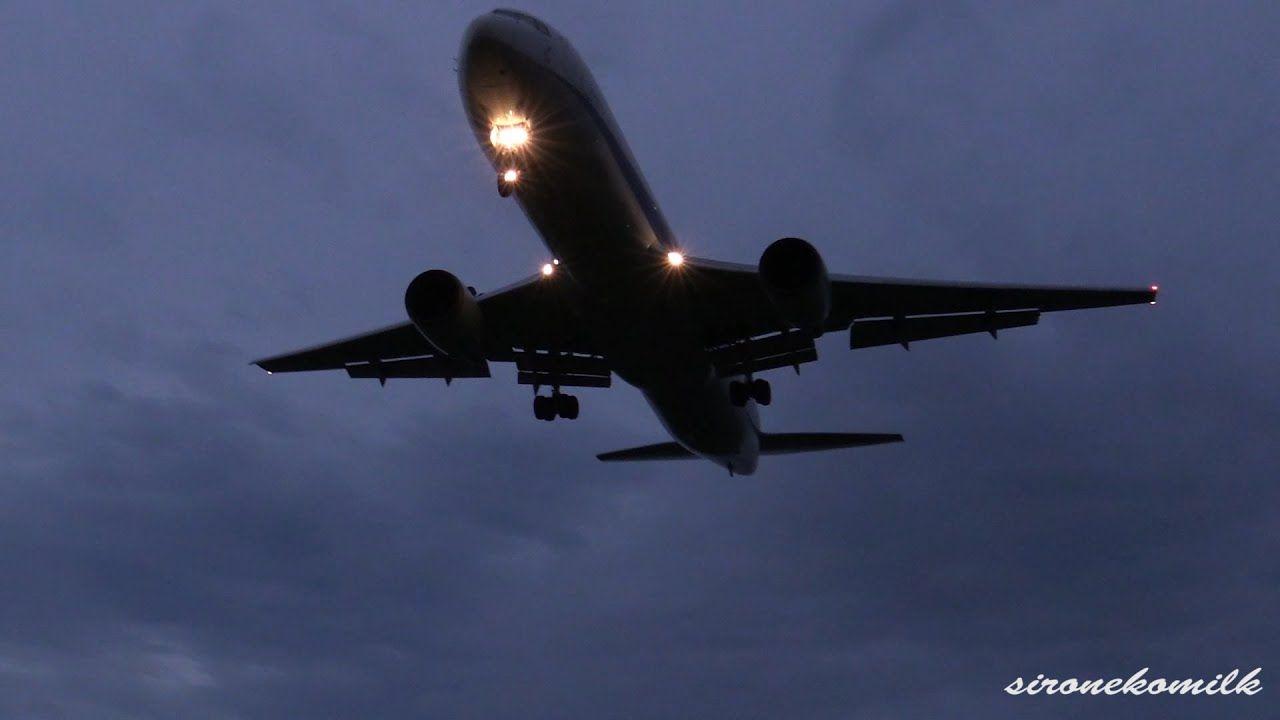 仙台空港の夜景と飛行機着陸