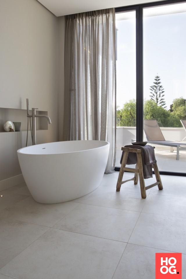Moderne badkamer met luxe ligbad | badkamer ideeën | design ...