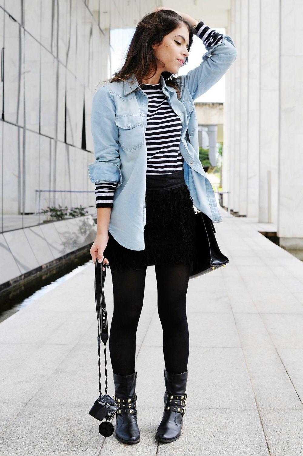 cbeee35d5d Saia Preta + T-shirt listrada + Camisa Jeans + meia calça preta + botas