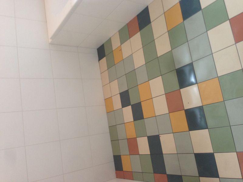 Renovatie Badkamer Tegels : Renovatie jaren 60 badkamer emmeloord: tegels op de vloer zijn van