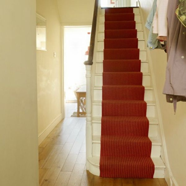 Charmant Weißer Flur Mit Treppen Und Einem Roten Teppich