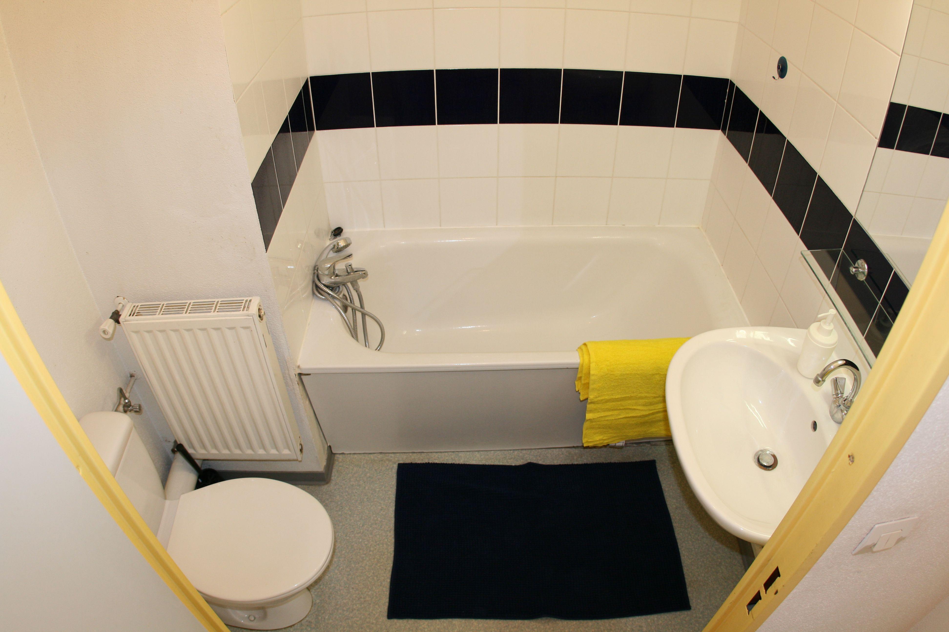 Exemple de salle de bain du studio 20m2 avec baignoire ...