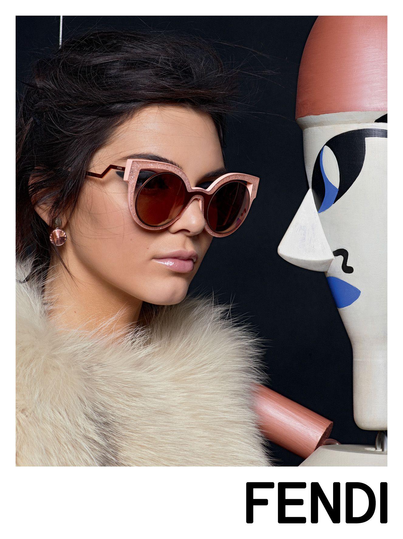Kendall Jenner estampa a nova campanha da Fendi! Na foto a modelo usa a  peça que… e2f65d7088