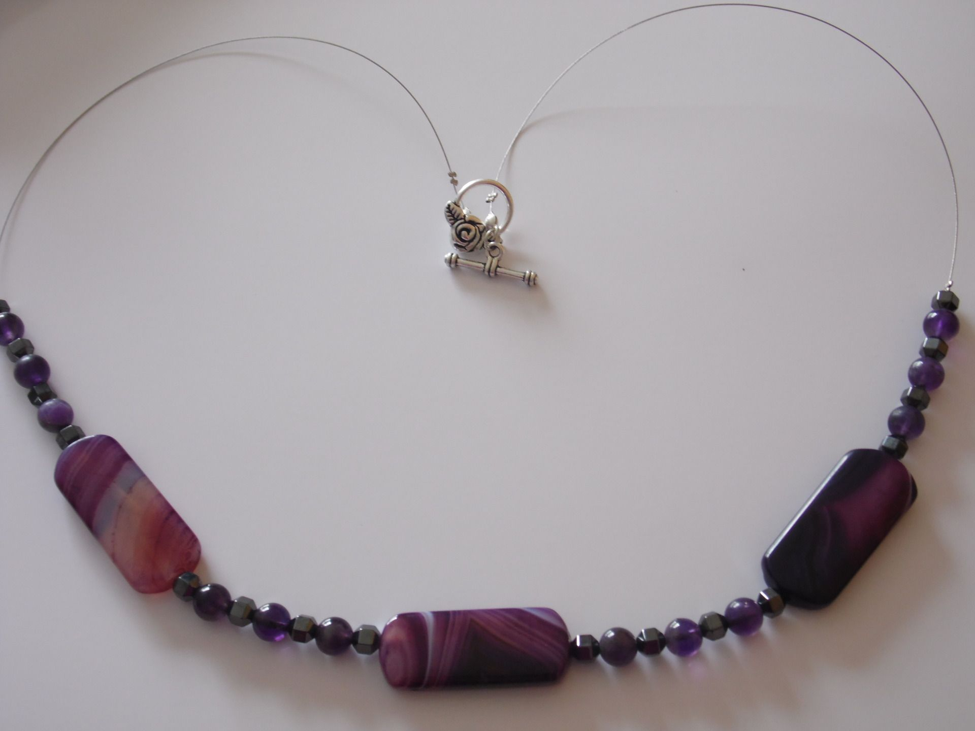 Collier de trois agates dans des tons de pourpres et perles d'améthystes et d'hématites : Collier par delicious-jewels