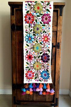 Camino de mesa bordado artesana de Per en Lima dibujos de