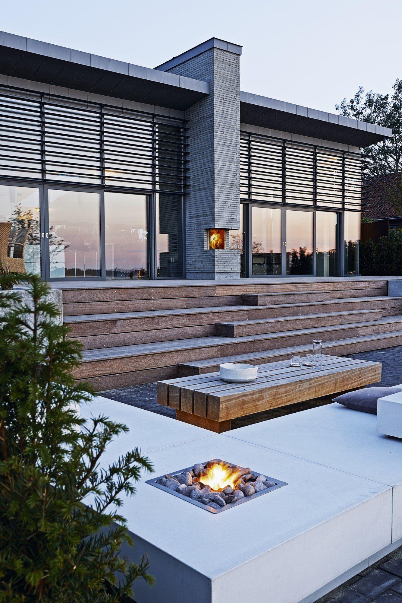 Olymp Fireplace er navnet på den gaspejs, Tor Haddeland har udviklet, hvor flammen brænder op gennem et lag af søsten. Her er gaspejsen integreret i de udendørs loungemøbler, han også har lagt streg til. Se mere på haddeland-design.dk