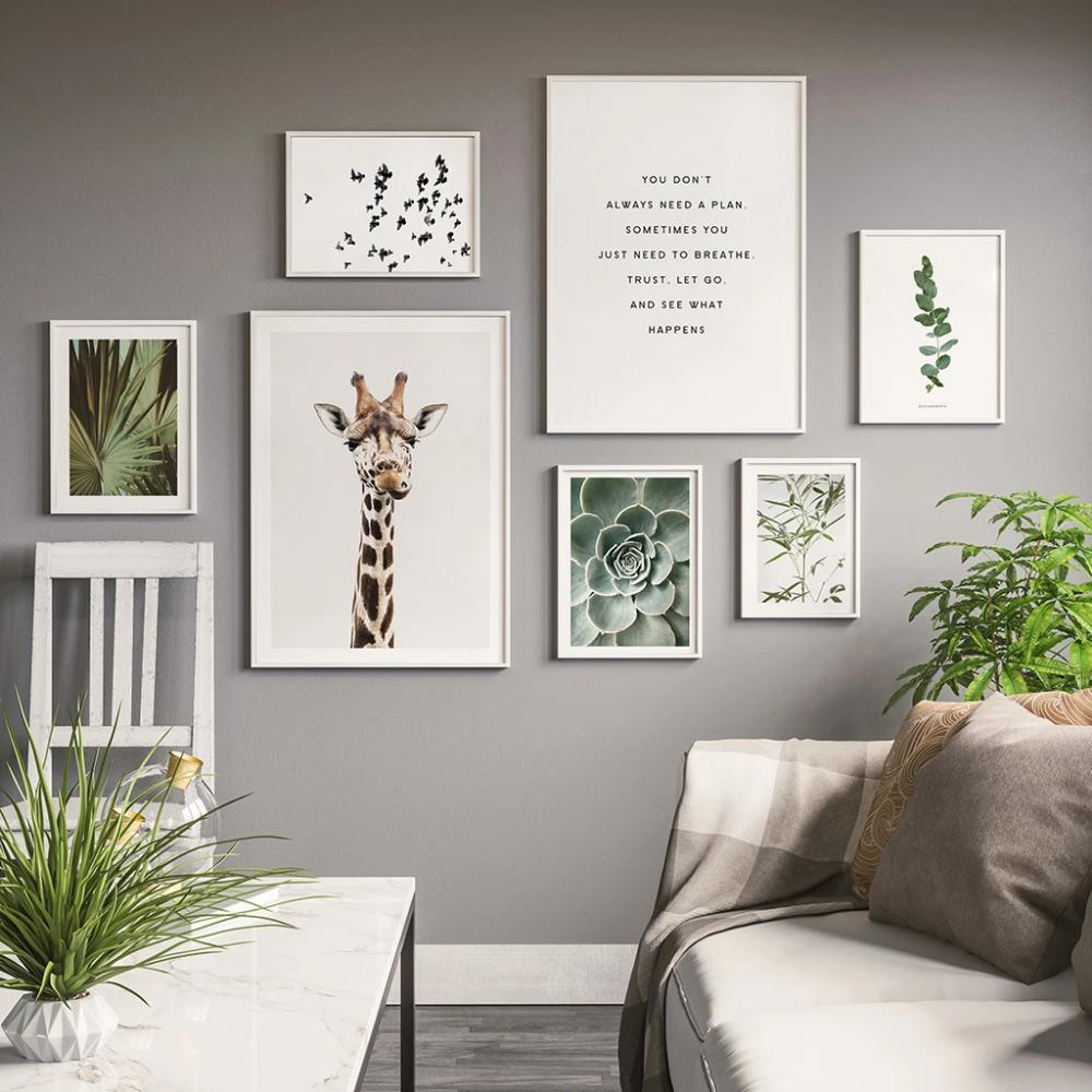 Natur- und tierisch inspirierte Bilderwand im Wohnzimmer