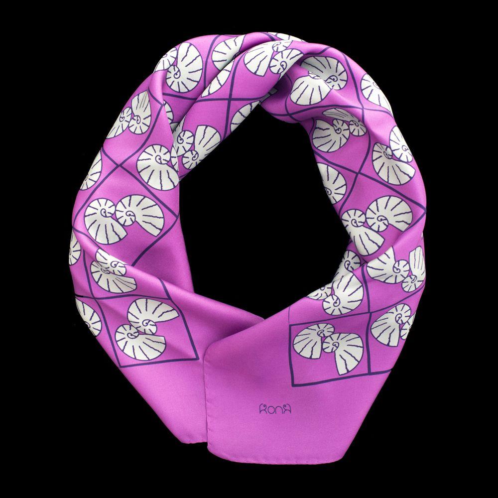 L'energia del viola e l'eleganza del grigio perla danno vita a un contrasto cromatico intenso, per donne decise che amano essere notate in tutte le occasioni, dal meeting di lavoro al party serale.