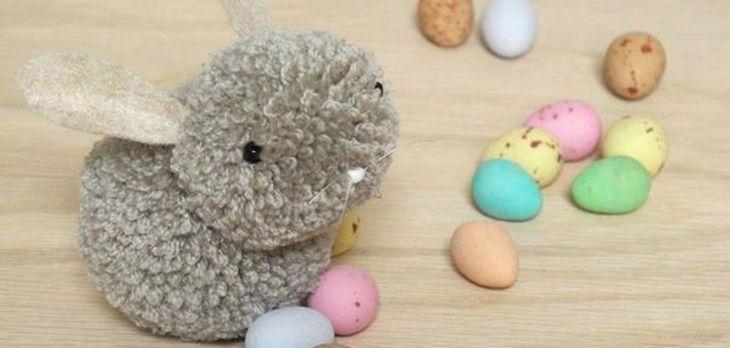 Conejito de Pascua hecho con pompones de lana