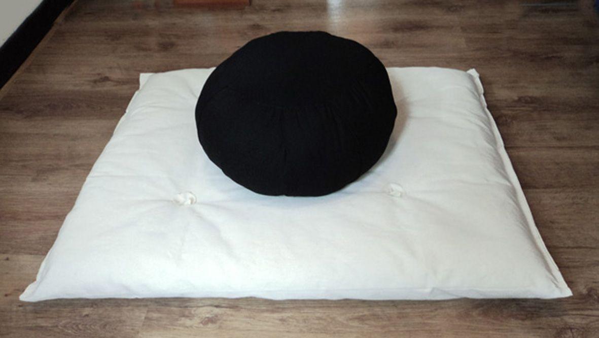 Zafu Hindú + Zabutón. Tiempo de meditación. Confeccionados artesanalmente con algodón 100% natural de diferente cardadura para que el Zafu no se deforme al sentarse y el Zabutón proteja las rodillas.
