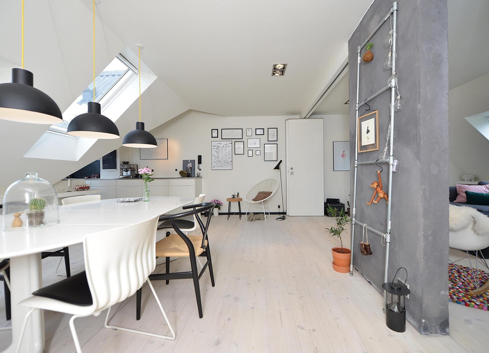 Una mansarda con cucina a vista | Interior | Mansarda ...