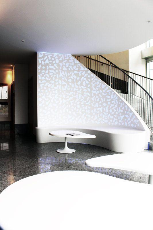 Habillage Mural Thermoformé Et Rétroéclairé En Solid Surface. Plus