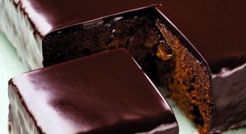 Delicioso bolo de chocolate com recheio de frutas
