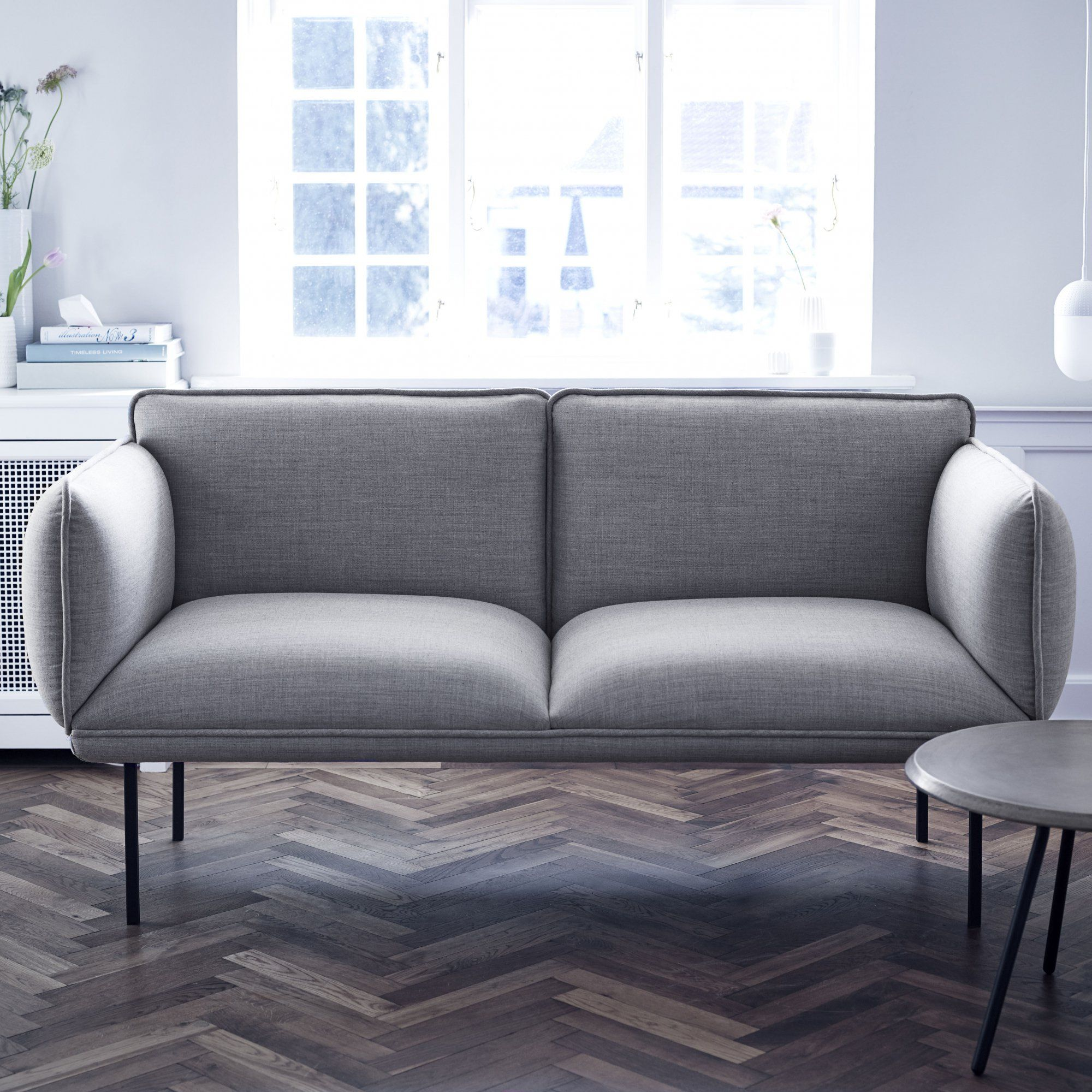 un petit canap gris chin en tissu inspiration scandinave avec une assise moelleuse pour une. Black Bedroom Furniture Sets. Home Design Ideas