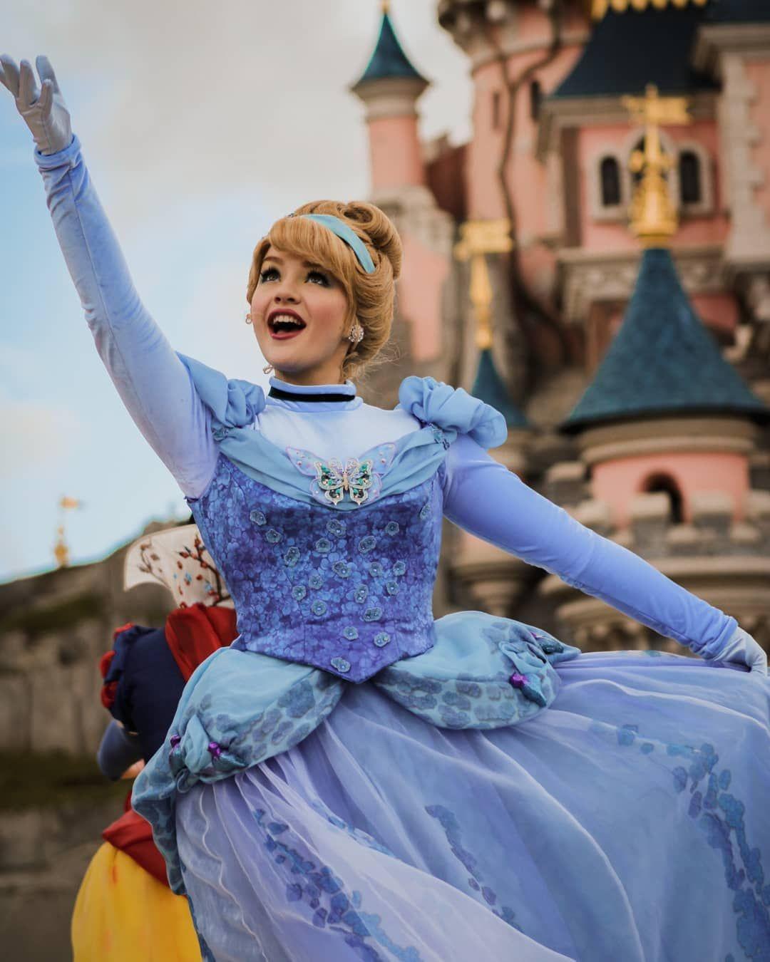 L Image Contient Peut Etre Une Personne Ou Plus Personnes Debout Enfant Et Plein Air Disney Princess Cinderella Disneyland Princess Cinderella Disney
