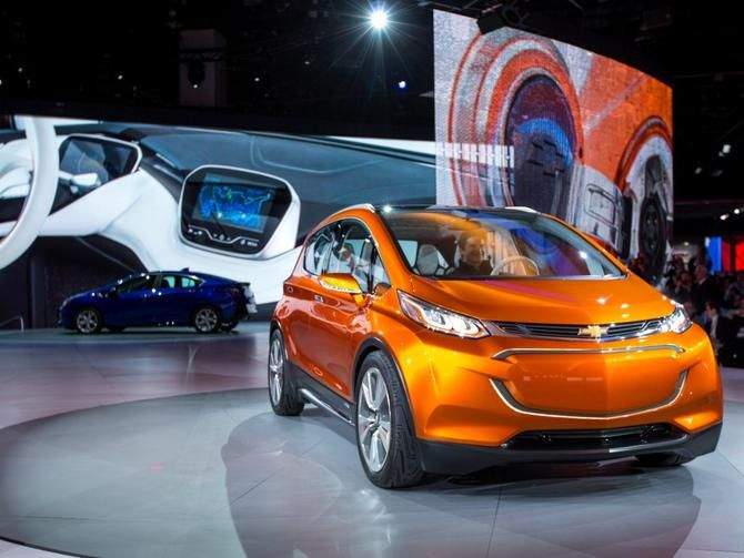 Chevy To Produce The 30 000 Tesla Fighting Bolt Ev With Images