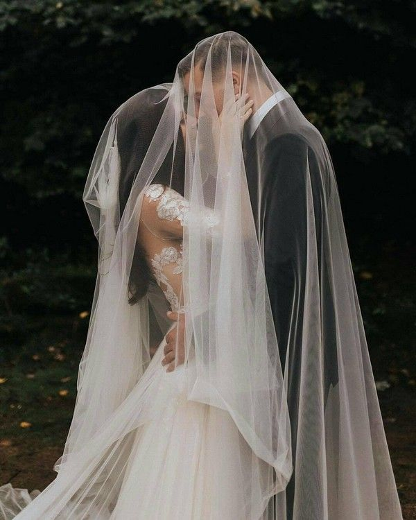 18 Romantic Wedding Photo Ideas to Take with Your Bridal Veil! #weddings