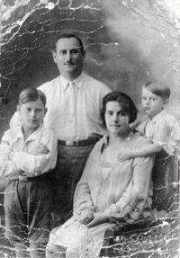 Oskar Schindler (né le 28 avril 1908 à Zwittau, à l'extrême ouest de la Moravie1 et mort le 9 octobre 1974 à Hildesheim, en Allemagne) est un industriel allemand qui a sauvé durant la Shoah plus de 1 100 personnes en les faisant travailler dans ses fabriques d'émail et de munitions situées respectivement en Pologne et en République tchèque. Il est enterré au cimetière chrétien du Mont Sion à Jérusalem.