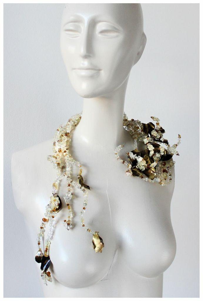 Cascada de cristal de roca con flores de bronce