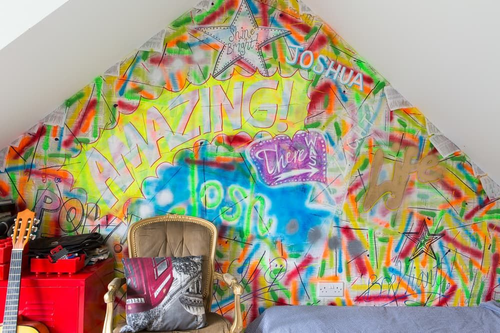 """Criatividade e arte tornam um lar super alegre, não? Nesta casa, além dos """"pingos""""de cores, eu amei a cozinha e o tanto de luz natural que ..."""