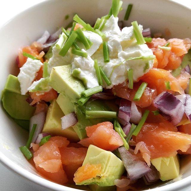 Simpel, lekker en het vult goed deze salade van gerookte zalm en avocado. Lees hier het makkelijke recept.